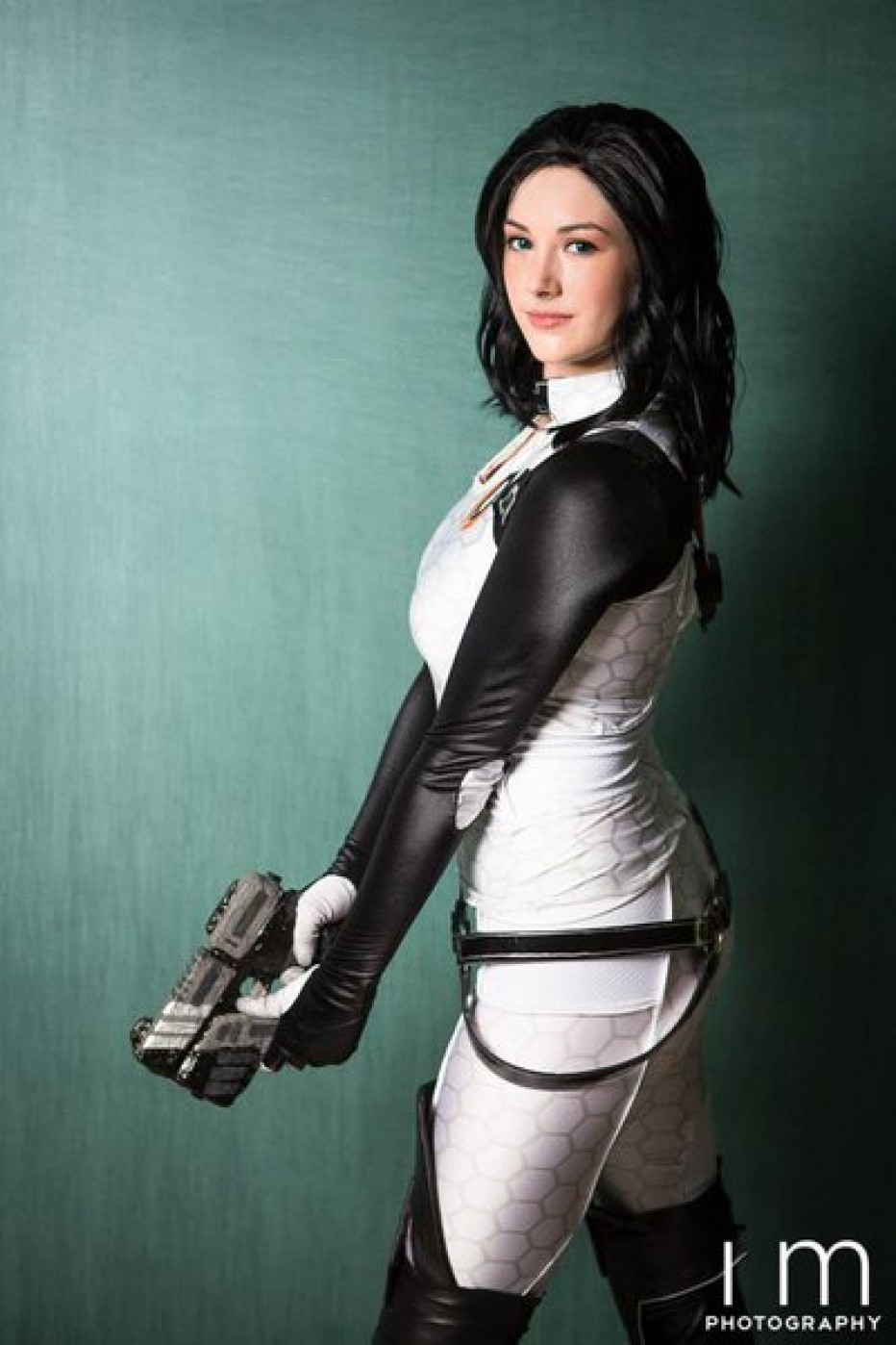 Mass-Effect-Miranda-Lawson-Cosplay-Gamers-Heroes-3.jpg