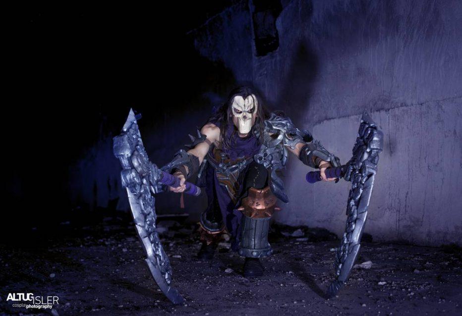 Darksiders-Death-Cosplay-Gamers-Heroes-1.jpg